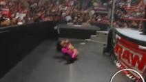女拳手从擂台上直接被扔下来,就连巨石强森也被打惨