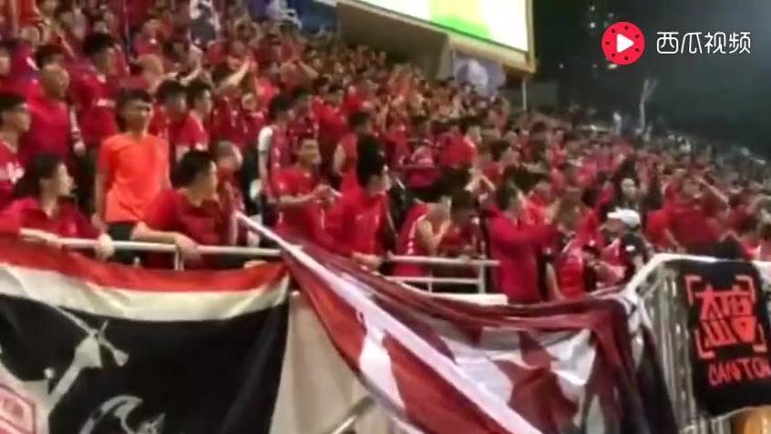 广州球迷以国歌回击香港球迷对国家的挑衅-爱奇艺
