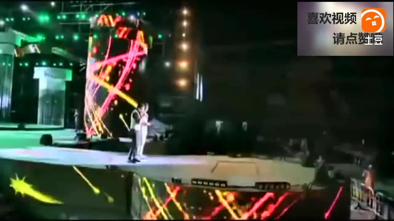 石头正在台上演唱《雨花石》突然李玉刚上台, 现场彻底沸腾了!