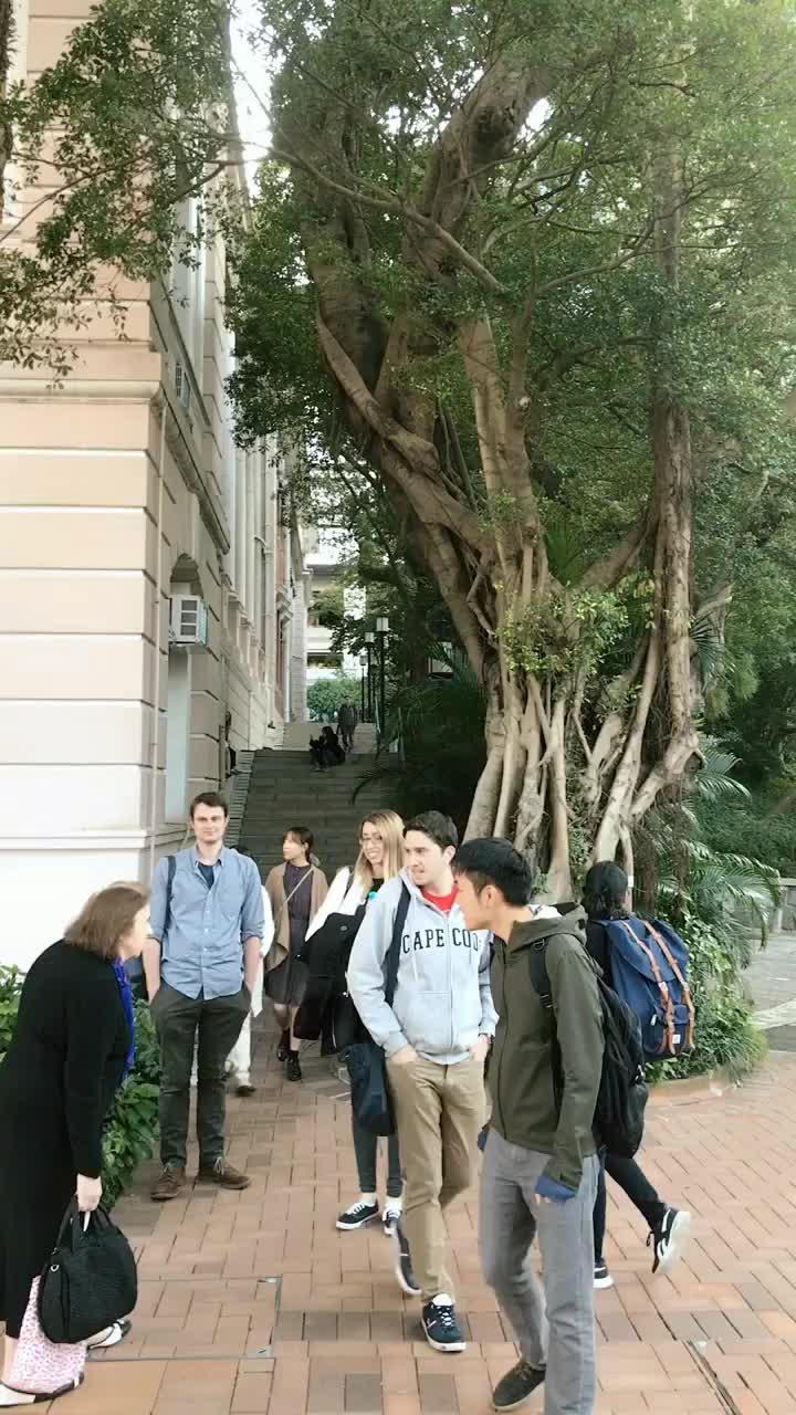 香港大学全是香港历史最悠久的大学了,学校建于半山腰,校园环境让人感觉特别原生态,校园的建筑风格以西式为主,很多人还说教学楼很像教堂。总体来讲,港大还是透漏着很浓的国际范和优雅的气息,能考上的港大的也绝非等闲之辈,当时碰到一位北京的女孩,清华毕业,到港大读博士,确实是学霸呀。