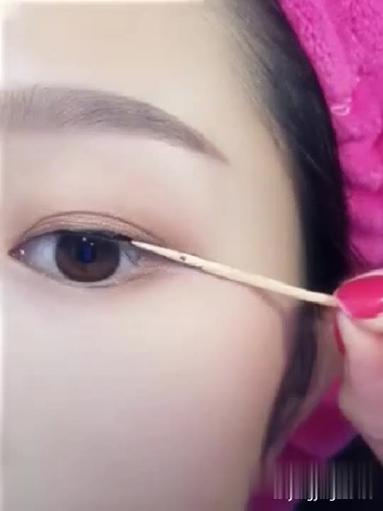 不会贴双眼皮,不会画眼线,不会搭配眼影宝贝一定要关注 打开 用牙签