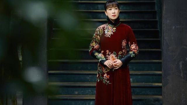 于正新剧开播,佘诗曼上演民国时装秀,穿旗袍优雅又大气!