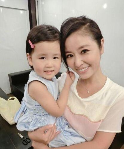 女儿的照片在网上广为流传,面对这样一个可爱的小女孩,是不是每个人