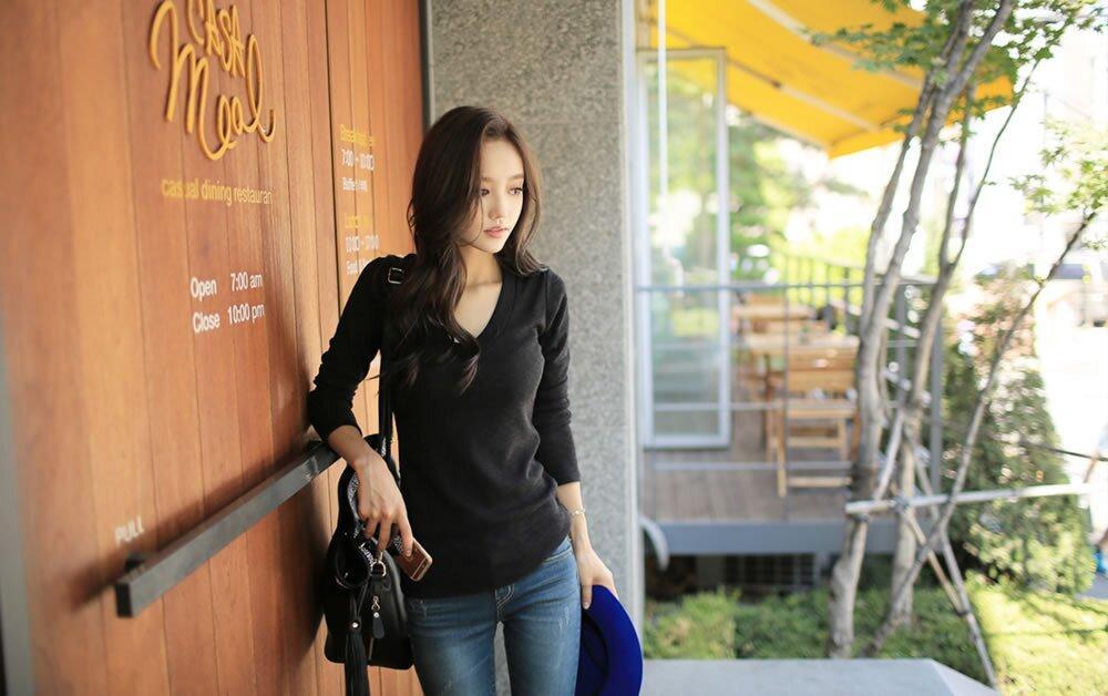 孙允珠深蓝直筒牛仔裤搭配黑色简约v领t恤 淑丽姣好图片