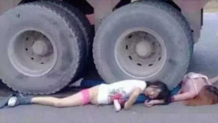 妈妈带着孩子外出,却惨遭大货车碾压,车祸视频死亡现场集锦