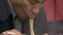 东京地铁站里,400日元一碗的天妇罗荞麦面,下锅到吃完不到5分钟