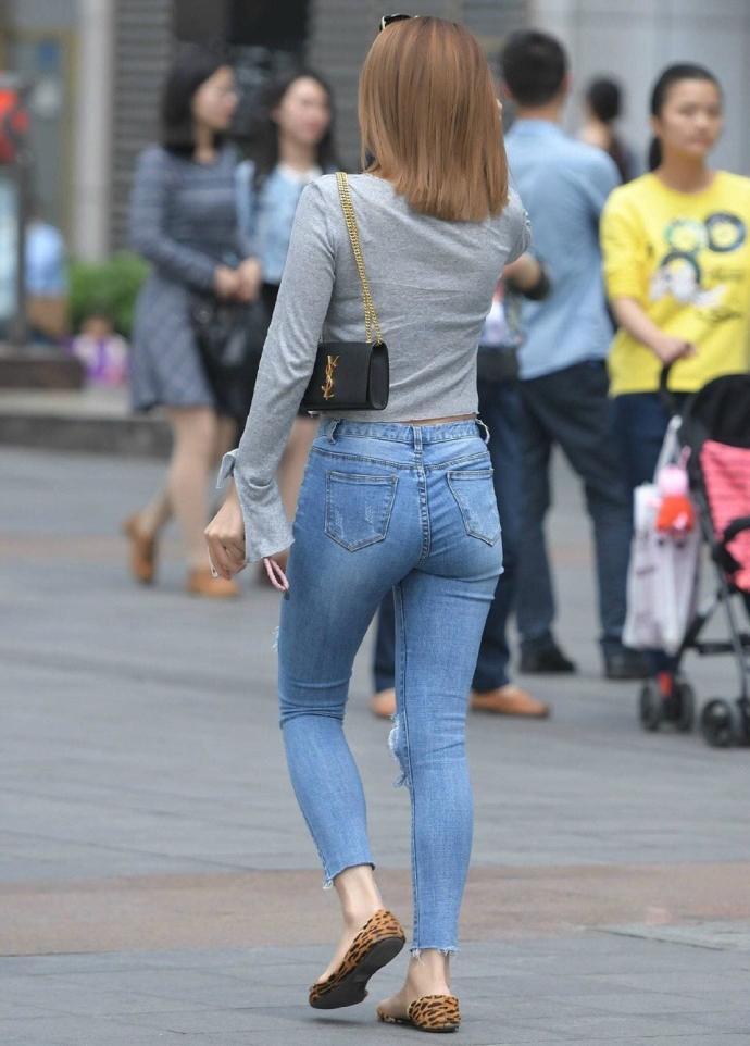 欧美大屁股牛仔裤街拍视频_路人街拍: 紧身的秋裤和修身的牛仔裤, 哪个显示臀部更翘?
