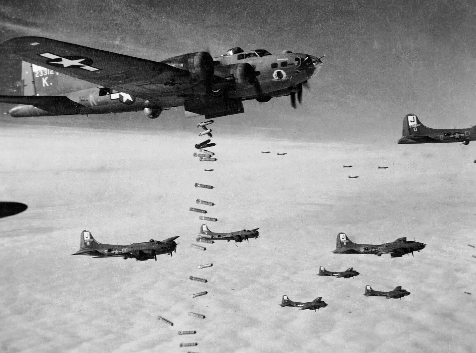 53名飞行员拼死撞毁大坝! 上亿吨洪水狂泻, 2000人半夜丧生