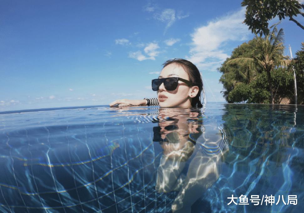 吴谨言海边晒素颜泳装照, 笑容清纯可人! 却被自己水中的大象腿抢镜