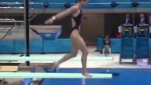 中国跳水女队逆天一幕,评委呐喊惊讶,犹豫10秒给出创纪录分数
