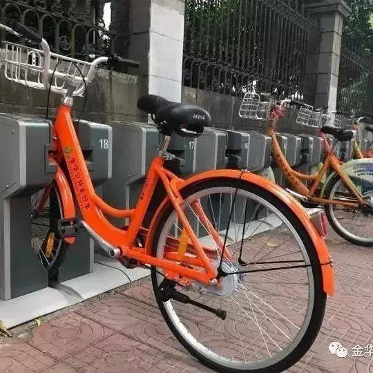 """10月10日,有网友发布微博称""""金华公共自行车也开始上实心车胎!"""