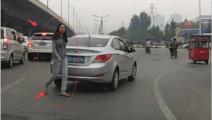 路怒女司机强行加塞,女司机下一幕竟然下车对后车这样做