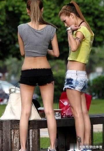 内涵GIF: 妹子, 你这短裤看得我真尴尬, 从来没见过这么短的