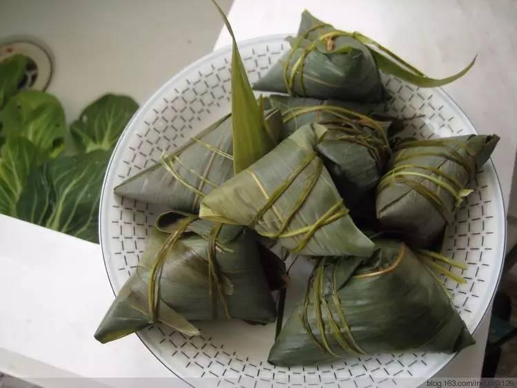 用芦苇叶包的粽子
