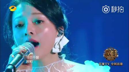 """我是歌手《歌手》直播,张韶涵一身白色纱裙细腻演绎《梦里花》: """"唯一纯白的茉莉花,盛开在琥珀色月牙。就算失去所有爱的力量,我也不曾害怕。"""""""