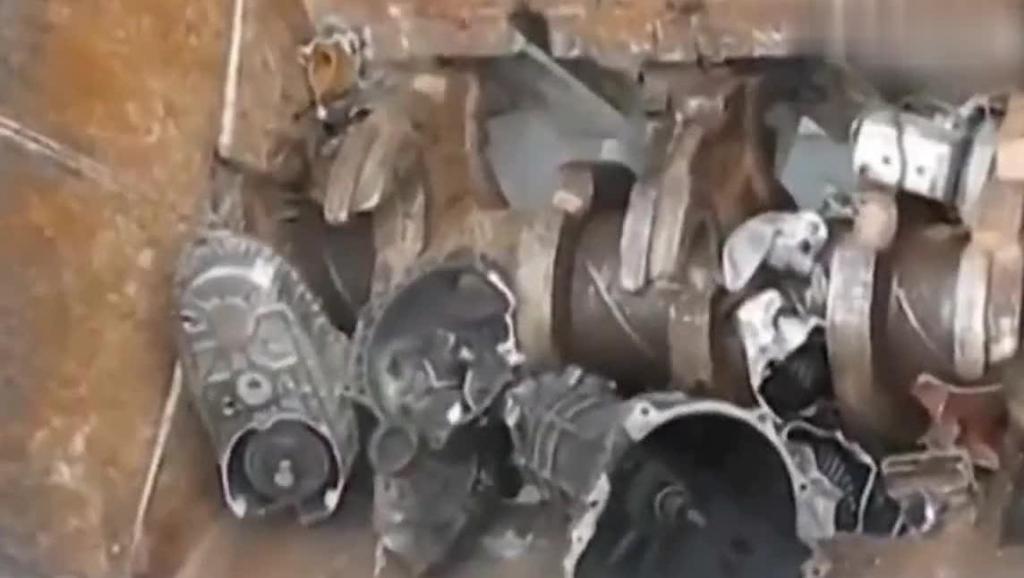 超强悍的机械粉碎机,旧发动机和变速箱扔进去,分分钟变成碎块!