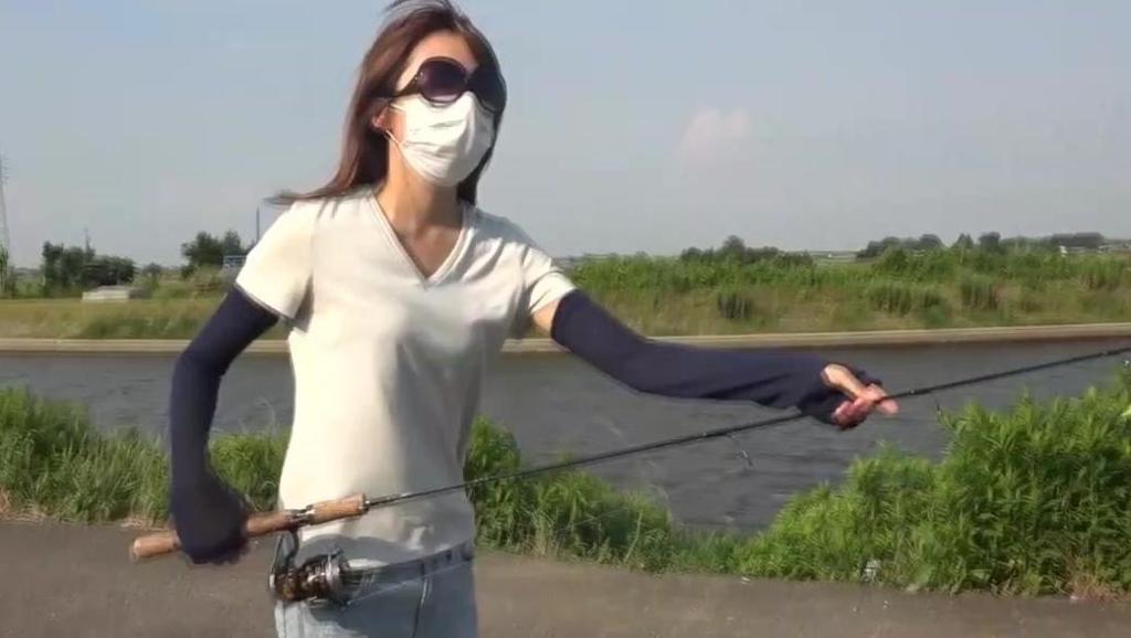 钓鱼: 还以为她是钓鱼高手,看她摇了会渔轮就露馅了