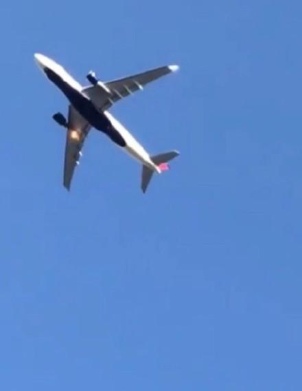 网友看到飞机起飞后发动机冒黑烟有火光