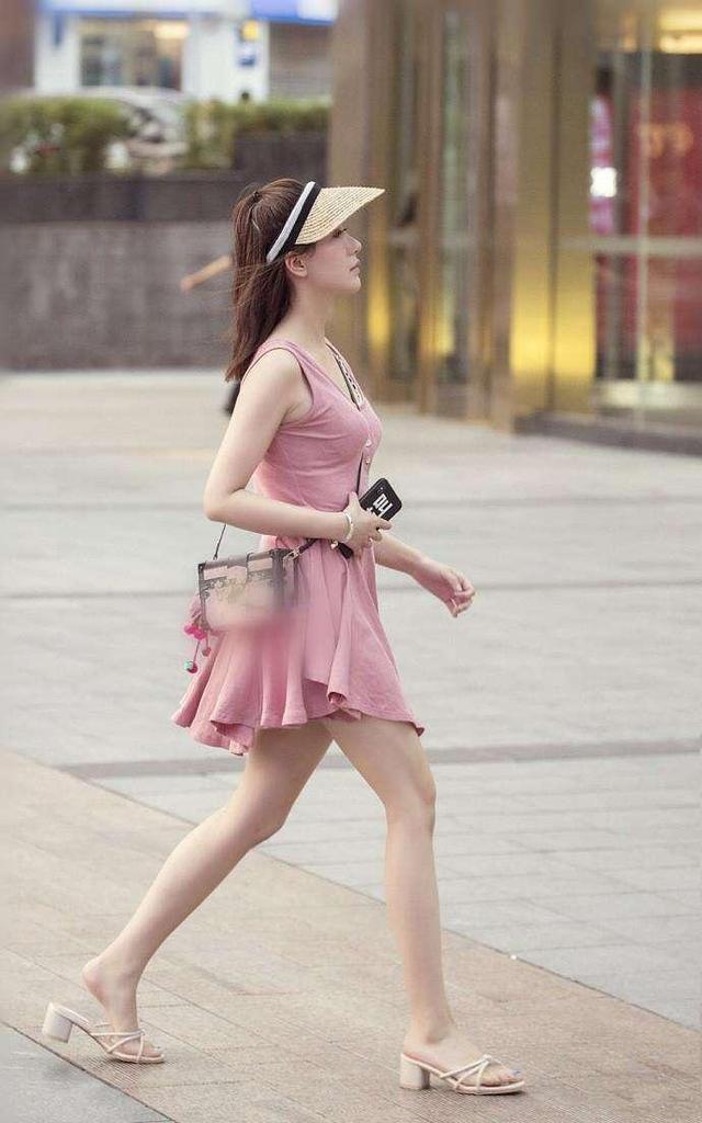 图一美女白T恤搭配粉色皮裙, 优美线条美爆了!