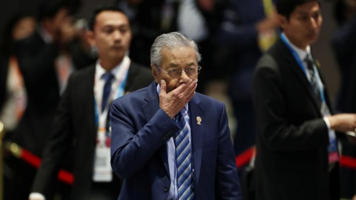 被迫中断记者会离场 94岁大马首相马哈迪 镜头前突流鼻血