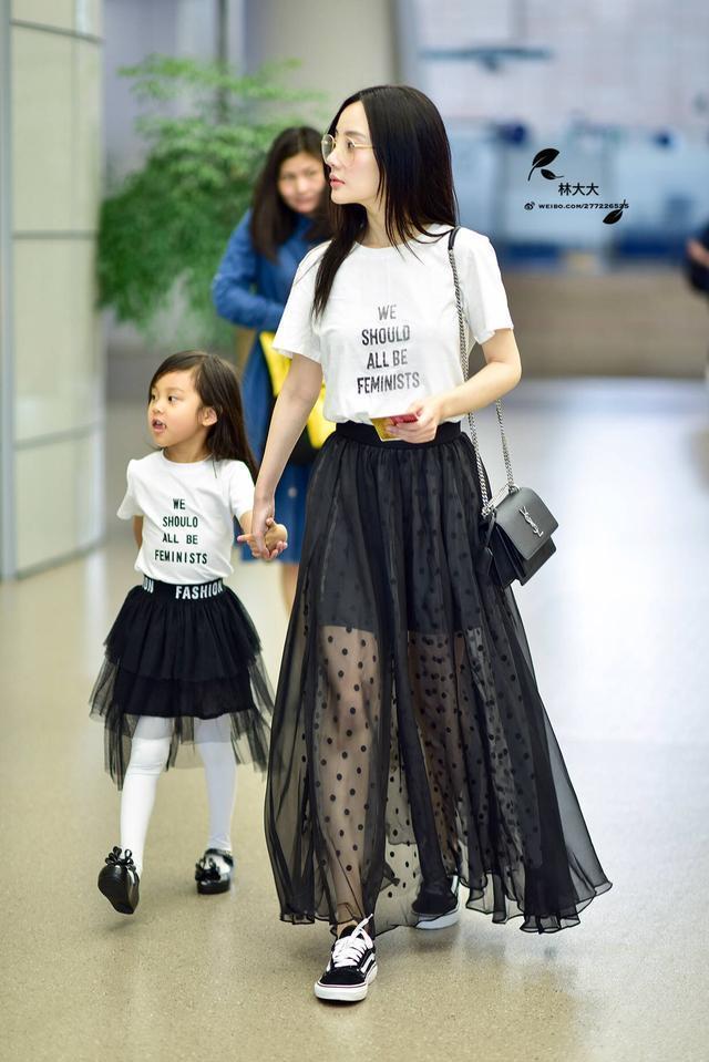 李小璐甜馨机场坐姿天差地别, 一家三口互玩亲亲, 贾乃亮太可怜了