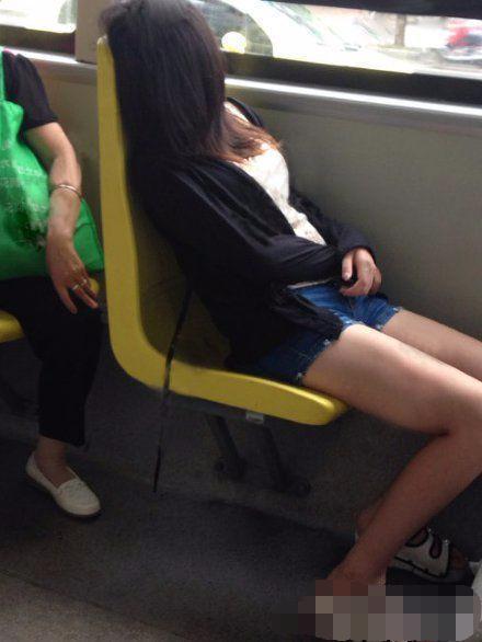 大街上不好好穿衣的美女们, 这种时尚一般人还真看不懂