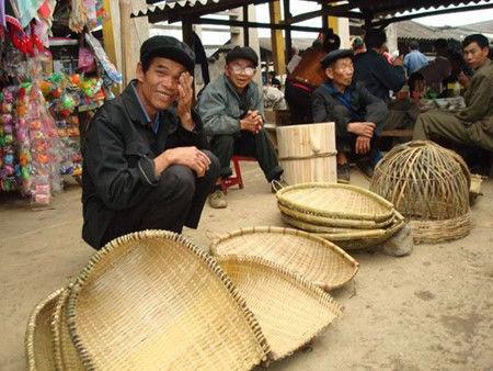 """农具一般都是纯手工制作, 背篓,""""萝兜"""",筲箕,""""刷把""""都是用竹子为原"""