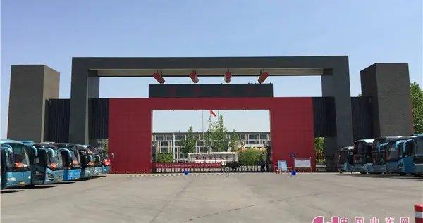 数十辆大巴车暖心护航 直击淄博中学高考现场