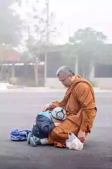 泰国两岁半小和尚狂打瞌睡 萌化了所有人
