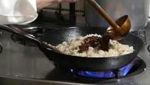 日本大厨炒米翻锅的技术真是牛,米饭就和粘到锅上一样,佩服佩服