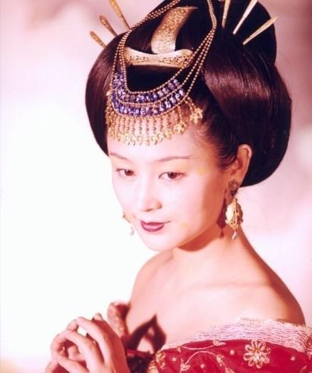 舞美是叶锦添,服装设计师是郭培.