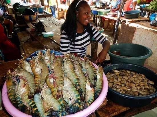 非洲海鲜美食之旅, 一只龙虾重3斤, 两只6斤, 还送了一只小龙虾