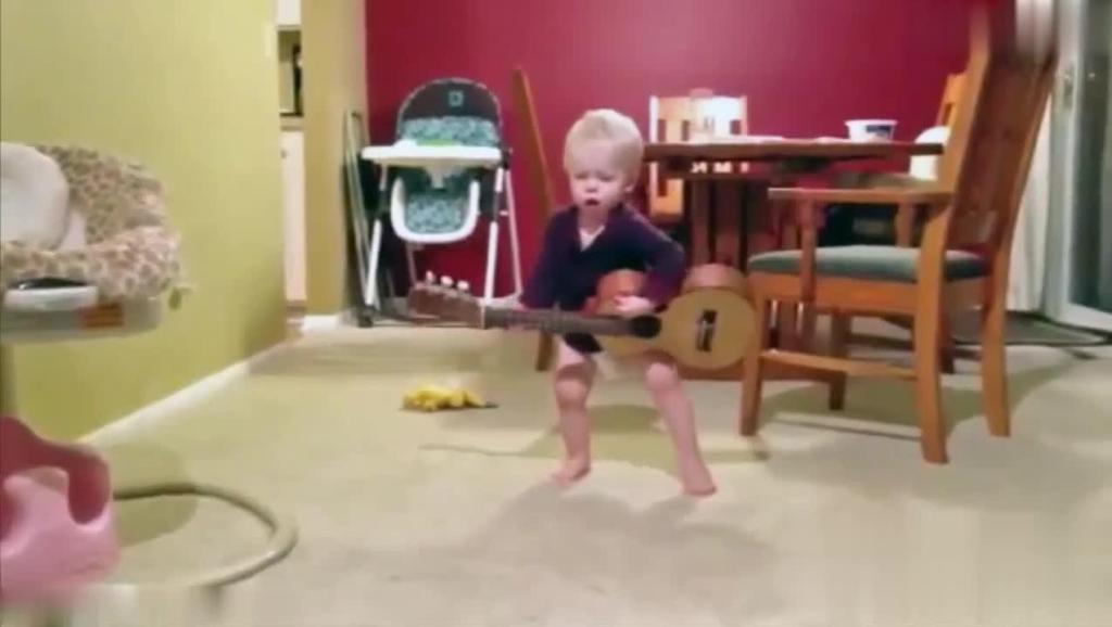 新一届的音乐小艺人诞生了,弹吉他、尤克里里,唱歌都是小能手,好棒