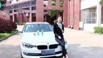 女司机在大学门口车顶放饮料水,真的会有人拿水上