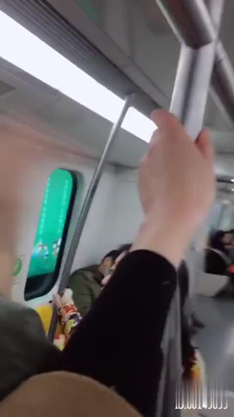 这个小哥哥气的把我推出了地铁门外扎老心了哼!