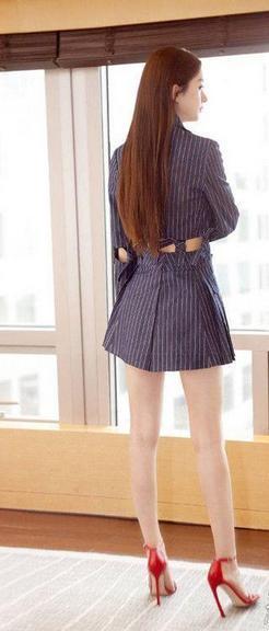 赵丽颖开启霸道总裁模式 长直发 西装裙好美!图片