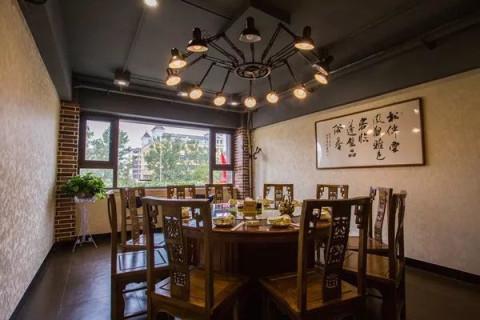 装修风格,一般多见于咖啡店或者美颜型时尚餐厅,没有人会把它与砂锅