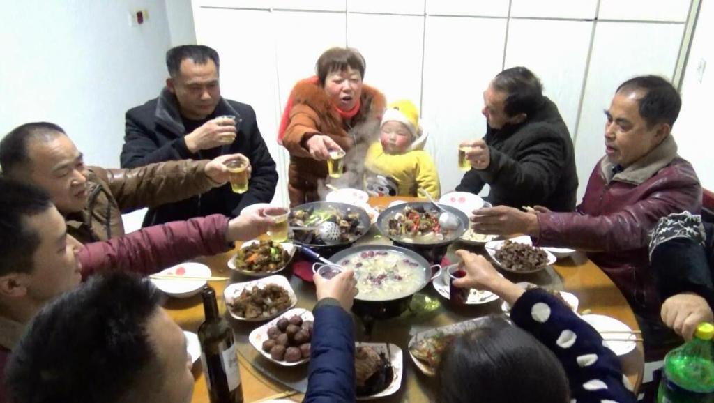 大年除夕夜,农村三姐妹在一起做年夜饭,一大家子一起过年真好!