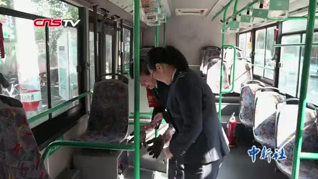 杭州公交司机夫妇 4年未吃年夜饭称亏欠女儿最多