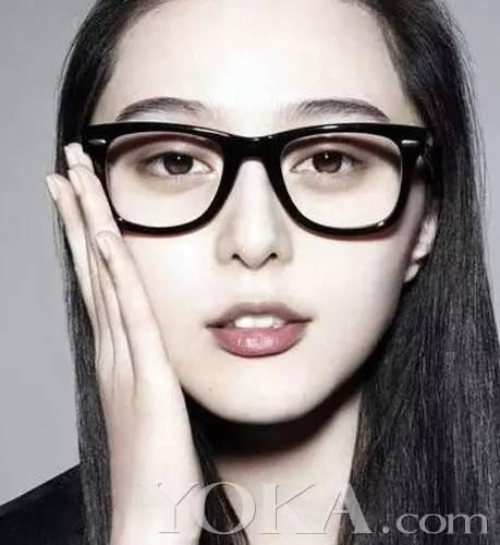 张艺兴此次再现圆框眼镜杀造型,露额中分发型化身睿智文艺青年.