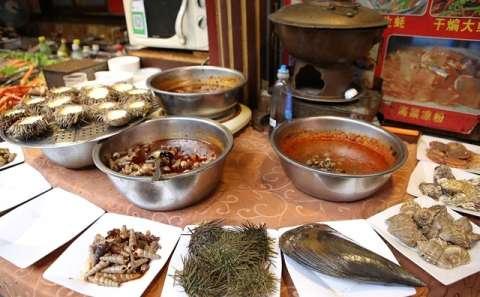 海鲜大排档上的海产品琳琅满目,都是活的海鲜,做法由游客自己选择.