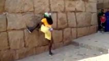 非洲男人爬墙如壁虎,高难度动作