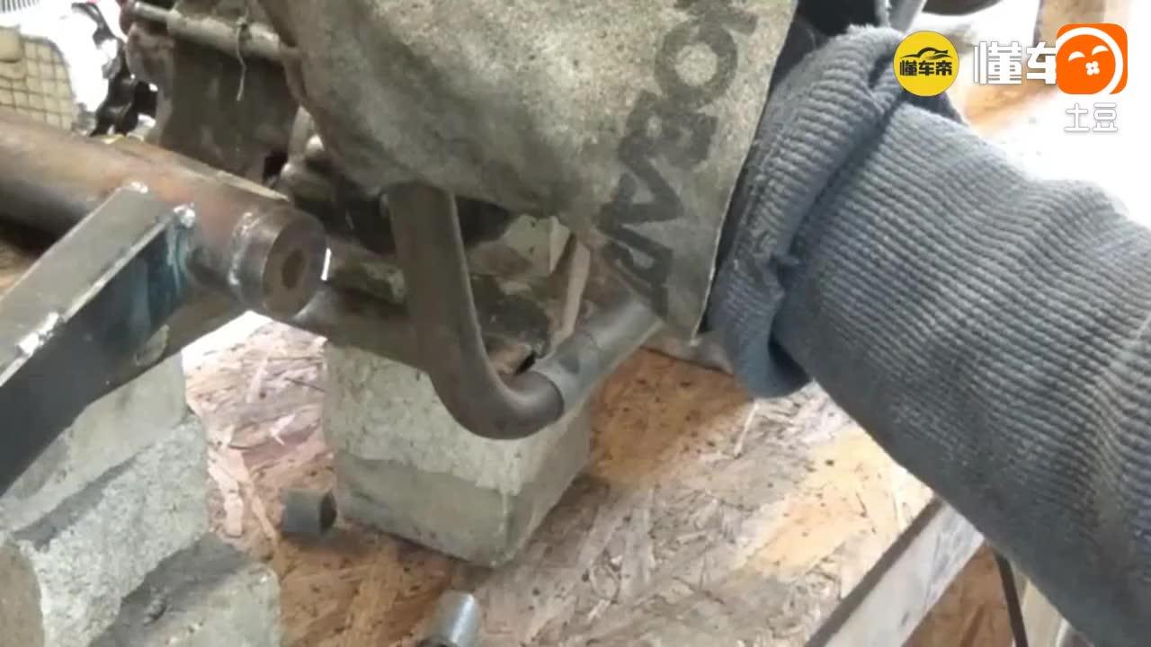 学生用钢管和轮胎焊接了一辆摩托车, 用的是本田发动机很不错