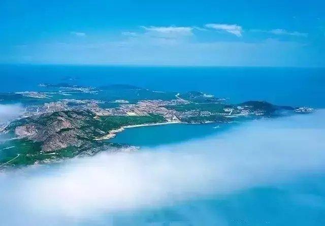 胶州湾位于黄海中部,山东半岛南岸,青岛市境内,是以团岛湾头与薛家岛