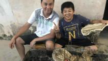 农村小伙邀请小六在家烤鱼,3个人吃了4条鱼,看到都流口水了