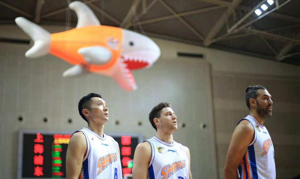 与上海男篮签下长约! 球员合同只有1年, 场均7.1分不输年轻球员(图1)