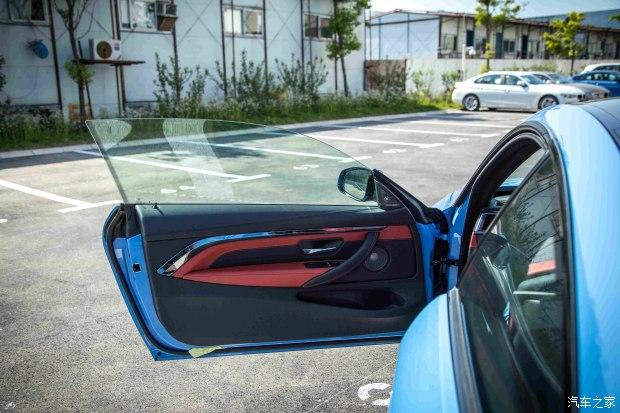 打开车门,这种无边框造型很是讨人喜欢.