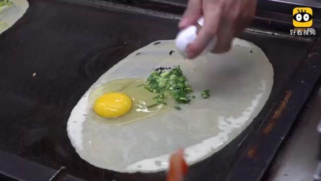 台湾街头小吃,40台币一份的煎饼,看看师傅是如何烹饪的