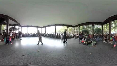 打开 杭州西湖白堤凉亭,男游客正一展歌喉,接下去美女游客的举动亮瞎