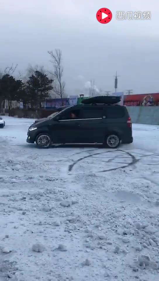 """""""中国最帅的五菱神车""""也在雪地上漂移起来了, 帅呆了!"""